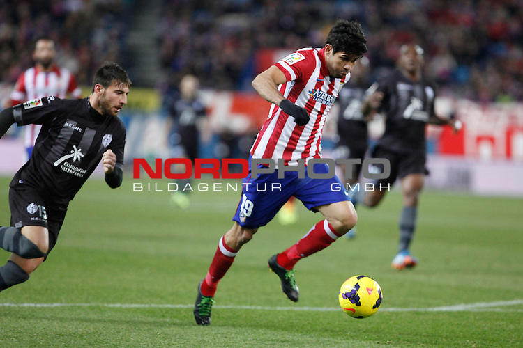 Atletico de Madrid¬¥s Diego Costa (C) and  Levante¬¥s NIkos  during La Liga 2013-14 match at Vicente Calderon stadium, Madrid. December 21, 2013. Foto © nph / Victor Blanco)