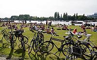 Nederland  Amsterdam - 2019. Relaxen aan de Amstel in het Amstelkwartier.   Foto Berlinda van Dam / Hollandse Hoogte