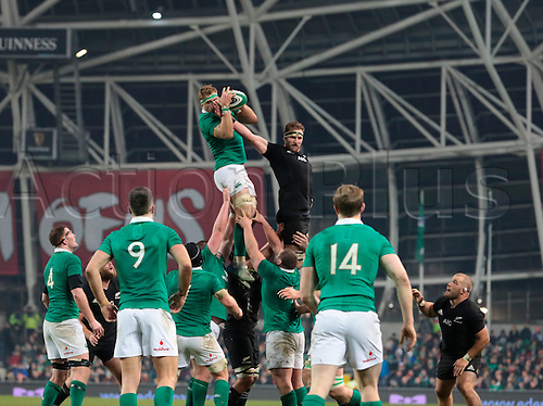 19.11.2016. Aviva Stadium, Dublin, Ireland. Guinness Autumn International Rugby. Ireland versus New Zealand.<br /> Jamie Heaslip (Ireland) gathers the lineout ball under pressure from Kieran Read (Captain New Zealand).