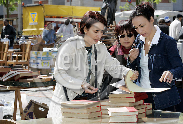 BRUSSELS - BELGIUM - 23 MAY 2005-- The flee market on Place du Jeu de Balle. Three women found some books.-- PHOTO: JUHA ROININEN / EUP-IMAGES