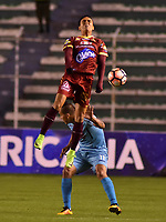 LA PAZ - BOLIVIA, 01-06-2017: Jorge Florez (Izq) jugador de Bolívar de Bolivia disputa el balón con Santiago Montoya (Der) jugador del Deportes Tolima de Colombia durante partido de la primera fase, llave 16 de la Copa Conmebol Sudamericana 2017 jugado en el estadio Hernando Siles de la ciudad de La Paz, Bolivia. / Jorge Florez (L) player of Bolivar de Bolivia vies for the ball with Santiago Montoya (R) player of Deportes Tolima of Colombia during match for the first phase, Kye 16, of the Conmebol Sudamericana Cup 2017 played at Hernando Siles stadium in La Paz, Bolivia. Photo: VizzorImage / Daniel Miranda / APG Noticias / Cont