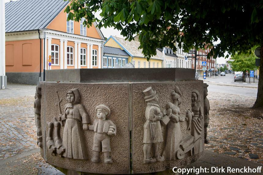 Brunnen am Gamla Torg, Trelleborg, Provinz Sk&aring;ne (Schonen), Schweden, Europa<br /> Fountain at Gamla Torg in Trelleborg, Sweden