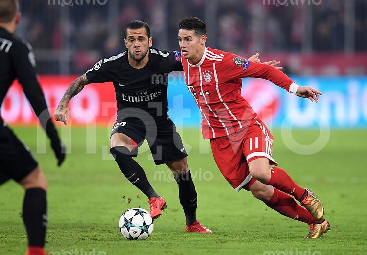 FUSSBALL CHAMPIONS LEAGUE SAISON 2017/2018 GRUPPENPHASE FC Bayern Muenchen - Paris Saint-Germain               05.12.2017 Dani Alves (li, Paris Saint-Germain) gegen James Rodriguez (re, FC Bayern Muenchen)