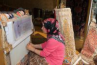 Türkei, Teppichknüpferin in Istanbul