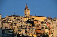 France/06/Alpes-Maritimes/Arrière pays niçois/Contes: Vu du village - détail des maisons et clocher de l'eglise