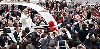 Papa Francesco saluta i fedeli al suo arrivo all'udienza generale del mercoled&igrave; in Piazza San Pietro, Citta' del Vaticano, 15 novembre, 2017.<br /> Pope Francis waves to faithful as he arrives for his weekly general audience in St. Peter's Square at the Vatican, on November 15, 2017.<br /> UPDATE IMAGES PRESS/Isabella Bonotto<br /> <br /> STRICTLY ONLY FOR EDITORIAL USE