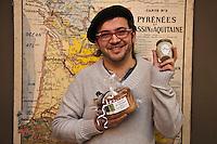 Europe/France/Aquitaine/64/Pyrénées-Atlantiques/Béarn/Pau: Samuel Sebban et sa sauce béarnaise produite en Béarn et son pastis, gâteau régional, Epicerie: Bord de Gave [Non destiné à un usage publicitaire - Not intended for an advertising use]