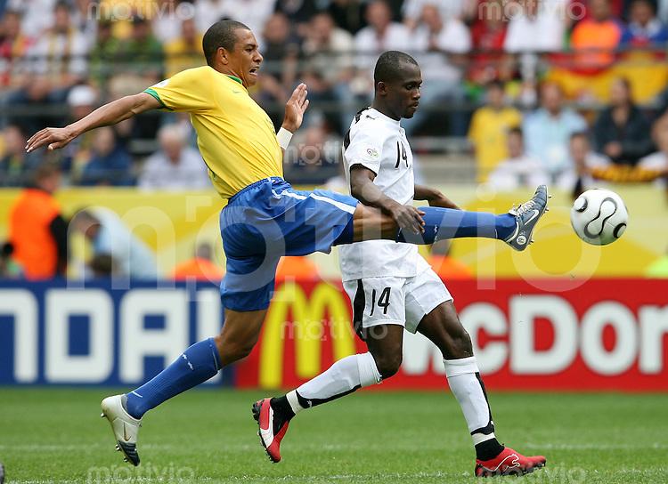 Fussball WM 2006   Achtelfinale    Brasilien - Ghana GILBERTO SILVA (li, BRA) gegen Matthew AMOAH (re, GHA)
