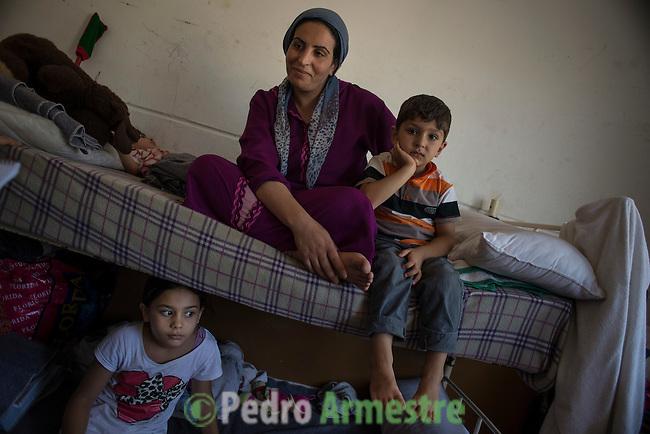 15 septiembre 2015. Ceti-Melilla <br /> Khlam Tami tiene 31 a&ntilde;os y es de Kobani (Siria). Permanece en el Centro de Estancia Temporal de Inmigrantes (Ceti) junto a sus dos hijos, Mohammed, de 4 a&ntilde;os y medio, y Rokach, de un a&ntilde;o y dos meses. Su marido est&aacute; en Nador (Marruecos). La ONG Save the Children exige al Gobierno espa&ntilde;ol que tome un papel activo en la crisis de refugiados y facilite el acceso de estas familias a trav&eacute;s de la expedici&oacute;n de visados humanitarios en el consulado espa&ntilde;ol de Nador. Save the Children ha comprobado adem&aacute;s c&oacute;mo muchas de estas familias se han visto forzadas a separarse porque, en el momento del cierre de la frontera, unos miembros se han quedado en un lado o en el otro. Para poder cruzar el control, las mafias se aprovechan de la desesperaci&oacute;n de los sirios y les ofrecen pasaportes marroqu&iacute;es al precio de 1.000 euros. Diversas familias han explicado a Save the Children c&oacute;mo est&aacute;n endeudadas y han tenido que elegir qui&eacute;n pasa primero de sus miembros a Melilla, dejando a otros en Nador.<br /> &copy; Save the Children Handout/PEDRO ARMESTRE - No ventas -No Archivos - Uso editorial solamente - Uso libre solamente para 14 d&iacute;as despu&eacute;s de liberaci&oacute;n. Foto proporcionada por SAVE THE CHILDREN, uso solamente para ilustrar noticias o comentarios sobre los hechos o eventos representados en esta imagen.<br /> Save the Children Handout/ PEDRO ARMESTRE - No sales - No Archives - Editorial Use Only - Free use only for 14 days after release. Photo provided by SAVE THE CHILDREN, distributed handout photo to be used only to illustrate news reporting or commentary on the facts or events depicted in this image.