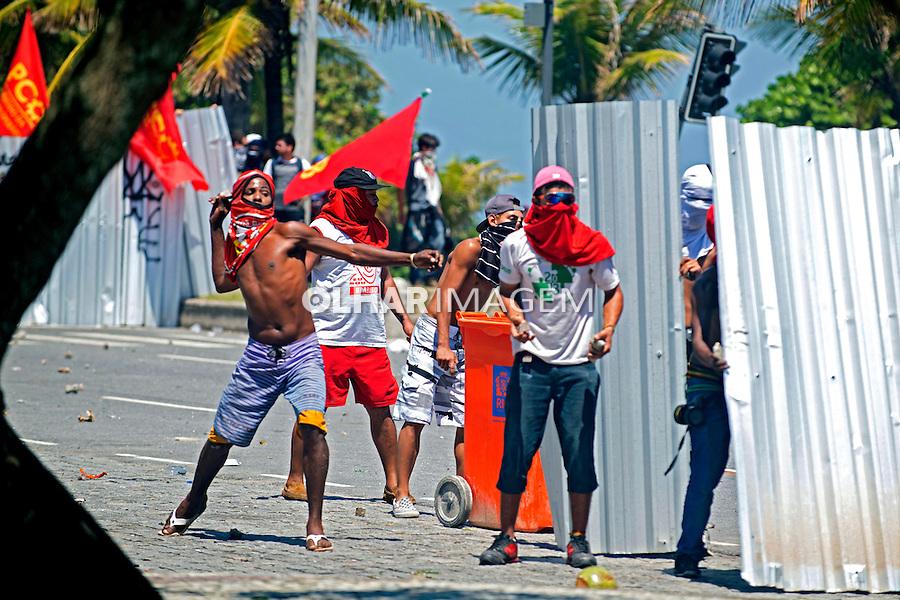 Confronto entre manifestantes, black block e a polícia em protesto contra o lelilão do Pre Sal. Barra da Tijuca. Rio de Janeiro. 2013. Foto de Luciana Whitaker.