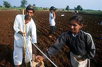 INDIA, Madhya Pradesh, Maikaal project in Khargoan, crop rotation, farmer with sowing tool / INDIEN, Maikaal Biobaumwolle Projekt im Narmada Tal, Fruchtwechsel, Bauer bei Aussaat mit Ochsengespann und manuell arbeitenden Aussaatgeraet