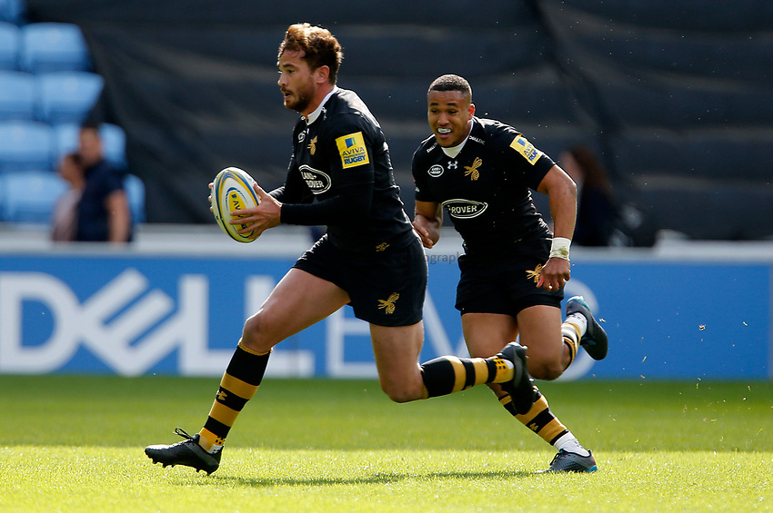 Photo: Richard Lane/Richard Lane Photography. Wasps v Harlequins. Aviva Premiership. 17/09/2017. Wasps' Danny Cipriani attacks with Marcus Watson in support.