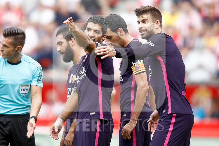 FC Barcelona's Luis Suarez (l) and Gerard Pique during La Liga match. September 24,2016. (ALTERPHOTOS/Acero)
