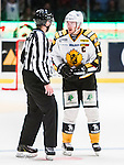 ***BETALBILD***  <br /> Stockholm 2015-09-19 Ishockey SHL Djurg&aring;rdens IF - Skellefte&aring; AIK :  <br /> Skellefte&aring;s Jimmie Ericsson och Axel Holmstr&ouml;m diskuterar med domare linjeman Daniel Persson under matchen mellan Djurg&aring;rdens IF och Skellefte&aring; AIK <br /> (Foto: Kenta J&ouml;nsson) Nyckelord:  Ishockey Hockey SHL Hovet Johanneshovs Isstadion Djurg&aring;rden DIF Skellefte&aring; SAIK diskutera argumentera diskussion argumentation argument discuss domare referee ref arg f&ouml;rbannad ilsk ilsken sur tjurig angry