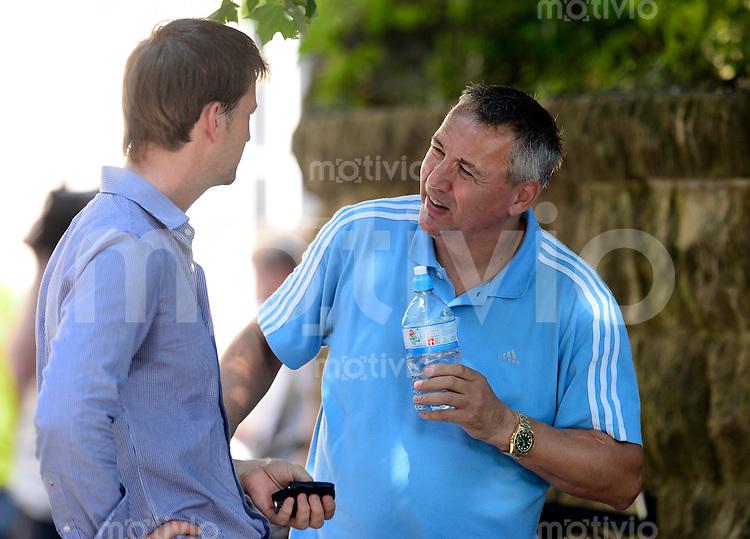 Fussball, 2. Bundesliga, Saison 2013/14, SG Dynamo Dresden, Trainingsauftakt, Laktattest, Donnerstag (20.06.2013).  Dresdens Trainer Peter Pacult (re.) und Sportdirektor Steffen Menze.
