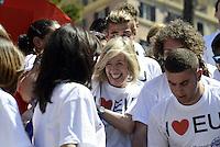 Roma, 9 Maggio 2014<br /> 'I Love EU' - Flash mob organizzato da Scelta Civica in occasione della Festa dell'Europa.<br /> Stafania Giannini (al centro)ministra dell'istruzione, posa con i giovani di Scelta Civica in piazza di Spagna sulla scalinata di Trinita' dei Monti per la campagna 'I Love EU'