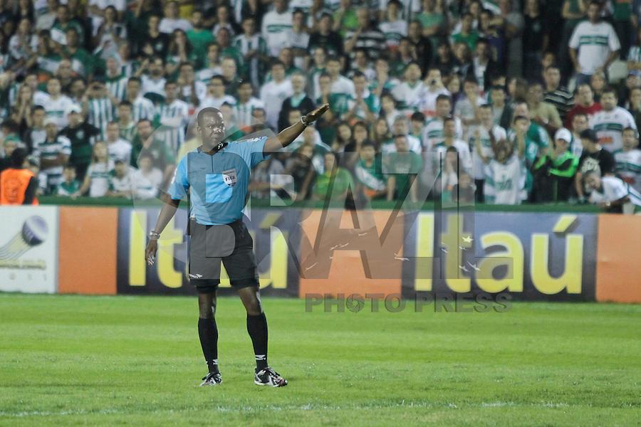 CURITIBA, PR, 16 DE JULHO 2011 &ndash; CORITIBA X FLUMINSES &ndash; Paulo C&eacute;sar Oliveira (SP-Fifa) apitou a partida entre Coritiba e Fluminense v&aacute;lida pela 10&ordf; rodada do Campeonato Brasileiro. O jogo aconteceu na noite de s&aacute;bado (16), no Est&aacute;dio Couto Pereira.<br /> (FOTO: ROBERTO DZIURA JR./ NEWS FREE)