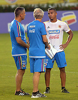 BARRANQUILLA- COLOMBIA - 14-11-2015: Macnelly Torres jugador dialoga con Jose Permian técnico de la seleccion Colombia durante el primer entrenamiento en el Polideportivo de la Universidad Autonoma del Caribe antes de su encuentro contra  la seleccion del Argentina / Macnelly Torres player speaks with Jose Peterman coach of the selection Colombia during the first training at the Polideportivo of the Universidad  Autonoma del  Caribe before their match against of Argentina. Photo: VizzorImage / Alfonso Cervantes / Cont