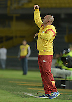 BOGOTÁ -COLOMBIA, 18-01-2015. Hernan Lisi técnico del Deportivo Pereira gesticula durante partido con Cortulua por la fecha 2 de los cuadrangulares de ascenso Liga Aguila 2015 jugado en el estadio El Campín de la ciudad de Bogotá./ Hernan Lisi coach of Deportivo Pereira gestures during match against Cortulua during match for the second date of the promotional quadrangular Aguila League 2015 played at El Campin stadium in Bogotá city. Photo: VizzorImage/ Gabriel Aponte / Staff