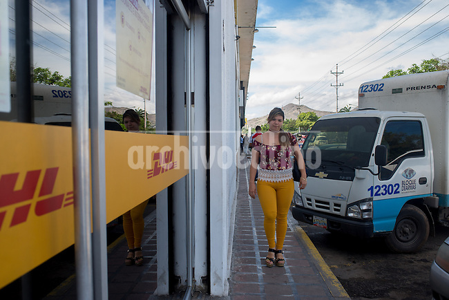 Barquisimeto-Venezuela. Ana Ventriglia arrives to a DHL facility in Barquisimeto, Lara State to sent to Mexico the imitation jewelry that she makes at her home. December 1, 2016. Archivo Latino/Manaure Quintero