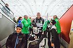 V&auml;ster&aring;s 2014-03-08 Bandy SM-semifinal 4 V&auml;ster&aring;s SK - Hammarby IF :  <br /> V&auml;ster&aring;s m&aring;lvakt Andreas Bergwall &auml;r glad efter matchen n&auml;r han g&aring;r av planen tillsammans med sin son<br /> (Foto: Kenta J&ouml;nsson) Nyckelord:  VSK Bajen HIF jubel gl&auml;dje lycka glad happy