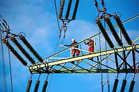 Industriekletterer im Strommast: EUROPA, DEUTSCHLAND, HAMBURG, MOORBURG (EUROPE, GERMANY), 19.11.2012: Industriekletterer im Strommast bei Wartungsarbeiten.