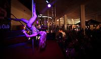 LISBOA, PORTUGAL, 03 DE JUNHO 2012 - SALAO EROTICO DO ATLANTICO - Dancarina durante performance no Salao Erotico do Atlantico na Fundicao Oeiras em Lisboa, capital de Portugal neste domingo,3 FOTO: VANESSA CARVALHO - BRAZIL PHOTO PRESS.