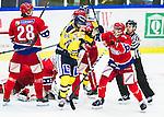 Huddinge 2015-09-20 Ishockey Division 1 Huddinge Hockey - S&ouml;dert&auml;lje SK :  <br /> S&ouml;dert&auml;ljes Oskar Carlsson i ett gruff med Huddinges Gustav Bj&ouml;rklund under matchen mellan Huddinge Hockey och S&ouml;dert&auml;lje SK <br /> (Foto: Kenta J&ouml;nsson) Nyckelord:  Ishockey Hockey Division 1 Hockeyettan Bj&ouml;rk&auml;ngshallen Huddinge S&ouml;dert&auml;lje SK SSK slagsm&aring;l br&aring;k fight fajt gruff