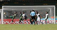 MANIZALES -COLOMBIA, 06-10-2013. Jugador (D) de Quindio disputa el balón con jugador (I) de Equidad durante partido de la fecha 14 de la Liga Postobón II 2013 jugado en el estadio Centenario./ Quindio player ( R) fights for the ball with Equidad player (L) during match on the 14th date of the Postobon League II 2013  played at the Centenario stadium. Photo: VizzorImage/ STR