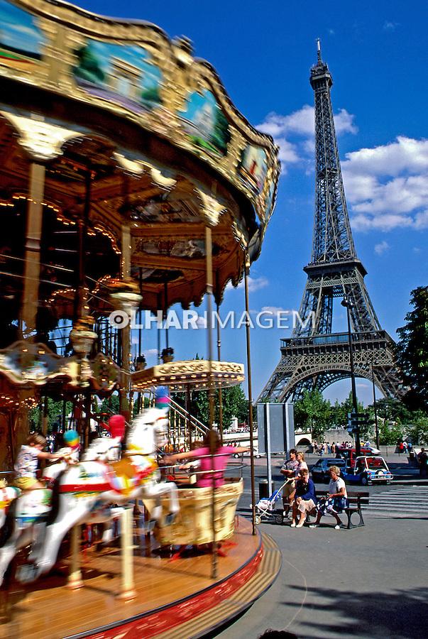 Carrossel e Torre Eiffel em Paris. França. 1993. Foto de Dudu Cavalcanti.