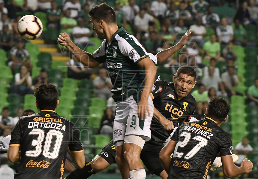 PALMIRA - COLOMBIA, 04-04-2019: Juan Ignacio Dinenno del Cali disputa el balón con Luis Cabral del Guarani durante partido por la primera ronda de la Copa CONMEBOL Sudamericana 2019 entre Deportivo Cali de Colombia y Club Guaraní de Paraguay jugado en el estadio Deportivo Cali de la ciudad de Palmira. / Juan Ignacio Dinenno of Cali vies for the ball with Luis Cabral of Guarani during match for the first round as part Copa CONMEBOL Sudamericana 2019 between Deportivo Cali of Colombia and Club Guarani of Paraguay played at Deportivo Cali stadium in Palmira city.  Photo: VizzorImage / Gabriel Aponte / Staff