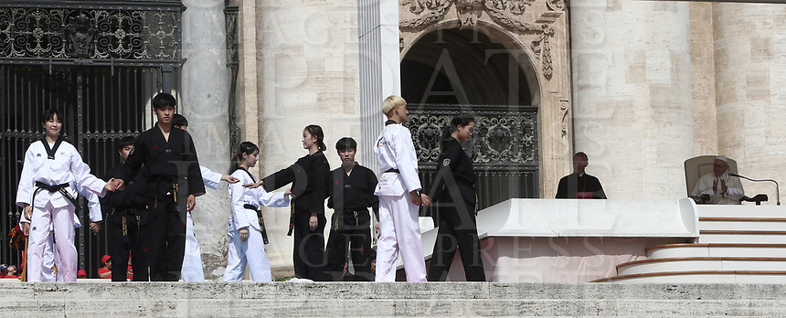 Alcuni giovani atleti di Taekwondo provenienti dalla Corea del Sud eseguono una performance atletica per Papa Francesco durante l'udienza generale del mercoledi' in Piazza San Pietro, Citta' del Vaticano, 30 maggio, 2018.<br /> Taekwondo athletes from South Korea perform for Pope Francis during his weekly general audience in St. Peter's Square, at the Vatican, on May 30, 2018.<br /> UPDATE IMAGES PRESS/IsabellaBonotto<br /> <br /> STRICTLY ONLY FOR EDITORIAL USE