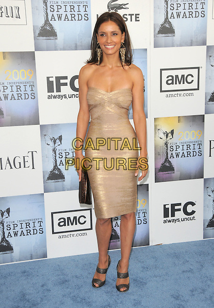 MICHELLE MONAGHAN.The 2009 Independent Spirit Awards in Santa Monica, California, USA..February 21st, 2009.full length gold shimmery strapless dress  tight clutch bag sandals shoes .CAP/DVS.©Debbie VanStory/Capital Pictures.