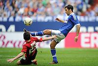 FUSSBALL   1. BUNDESLIGA   SAISON 2011/2012   33. SPIELTAG FC Schalke 04 - Hertha BSC Berlin                         28.04.2012 Raul (li, FC Schalke 04) gegen Fanol Perdedaj  (re, Hertha BSC Berlin)