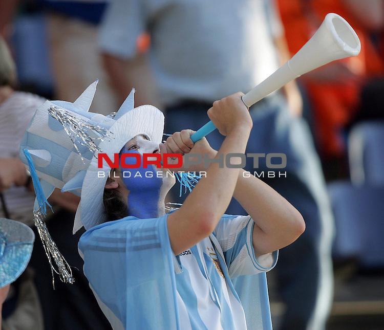 FIFA WM 2006 -  Gruppe C Vorrunde ( Group C )<br /> Play     #37 (21-Jun) - Niederland ( Holland ) - Argentinien<br /> <br /> Ein Fan von Argentinien bl&auml;sst zum Angriff.<br /> <br /> Foto &copy; nordphoto