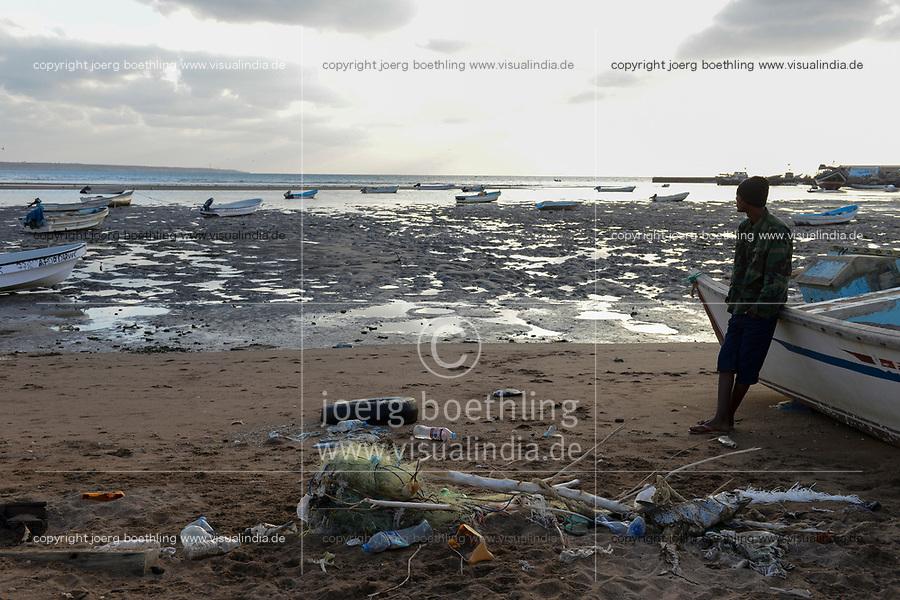 DJIBOUTI , Obock, from here ethiopian migrants try to cross bab el mandeb, red sea, gulf of aden by smuggler boats to Yemen to continue the journey to Saudi Arabia or Europe, ethiopian migrant looking to the sea / DSCHIBUTI, Obock, Meerenge Bab el Mandeb, mit Hilfe von Schleppern versuchen aethiopische Migranten hier nach Jemen ueberzusetzen, um weiter nach Saudi Arabien oder Europa zu gelangen