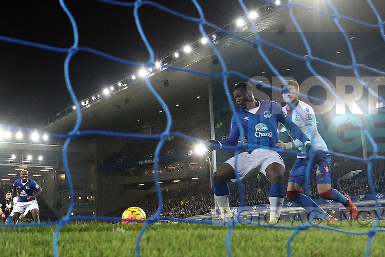 Romelu Lukaku of Everton scores his sides opening goal - Everton vs Crystal Palace - Barclays Premier League - Goodison Park - Liverpool - 07/12/2015 Pic Philip Oldham/SportImage