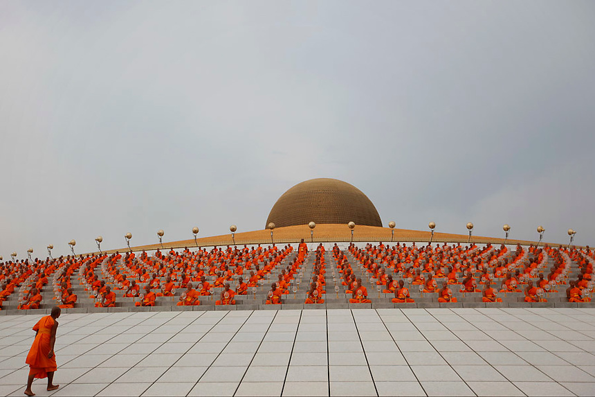 A Buddist monk arrives to join others attending a ceremony during Vesak Day, an annual celebration of Buddha's birth, enlightenment and death, at Wat Dharmmakaya in Pathum Thani province, on the outskirts of Bangkok May 17, 2011. REUTERS/Damir Sagolj (THAILAND)