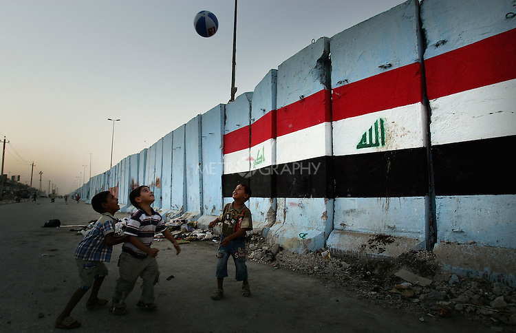 Iraqis Paint on Cement Security Wall in Sadr City | Metrography