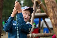 20140805 Vilda-l&auml;ger p&aring; Kragen&auml;s. Foto f&ouml;r Scoutshop.se<br /> barn, keps, scoutskjorta, h&auml;nger i rep, tref&ouml;tter i bakgrunden