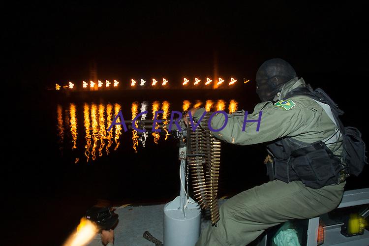 Opera&ccedil;&atilde;o de prote&ccedil;&atilde;o a fronteira,  combate ao narcotr&aacute;fico,  garimpos ilegais e contrabando.<br /> <br /> Foto Paulo Santos<br /> <br /> Militares patrulham o rio entre as cidades de Oiapoque no Brasil e S&atilde;o Jorge na Guiana Francesa a procura de drogas e ouro com abordagens as embarca&ccedil;&otilde;es que passam no rio Oiapoque .<br /> Oiapoque, Amap&aacute;, Brasil<br /> Foto Paulo Santos<br /> 08/05/2012<br /> <br /> &Aacute;gata 4<br /> Combater crimes transnacionais e ambientais, o crime organizado, al&eacute;m de intensificar a presen&ccedil;a do estado na faixa de fronteira apoiando as popula&ccedil;&otilde;es s&atilde;os os principais objetivos da opera&ccedil;&atilde;o &Aacute;GATA 4 lan&ccedil;ada pelo    Minist&eacute;rio da Defesa (MD) , no ultimo dia 02/05,  a Opera&ccedil;&atilde;o, uma a&ccedil;&atilde;o  conjunta das For&ccedil;as Armadas Brasileiras, com apoio de &oacute;rg&atilde;os federais e estaduais, como a Pol&iacute;cia Federal, o Instituto Brasileiro de Meio Ambiente e dos Recursos Naturais Renov&aacute;veis (IBAMA), a Secretaria da Receita Federal (SRF), a Pol&iacute;cia Rodovi&aacute;ria Federal (PRF), o Sistema de Prote&ccedil;&atilde;o da Amaz&ocirc;nia (SIPAM), a For&ccedil;a Nacional de Seguran&ccedil;a P&uacute;blica (FNS), a Ag&ecirc;ncia Brasileira de Intelig&ecirc;ncia (ABIN), Ag&ecirc;ncia Nacional de Avia&ccedil;&atilde;o Civil (ANAC), Funda&ccedil;&atilde;o Nacional do &Iacute;ndio (FUNAI), Instituto Chico Mendes de Conserva&ccedil;&atilde;o da Biodiversidade (ICMBio), &oacute;rg&atilde;os de seguran&ccedil;a p&uacute;blica dos Estados do Amazonas, Roraima, Par&aacute; e Amap&aacute; para coibir delitos transfronteiri&ccedil;os e ambientais na faixa de fronteira Norte. Com comando geral em Manaus foram criadas as chamadas frentes de Tarefas, a do rio Negro em S&atilde;o Gabriel da Cachoeira no Amazonas a do rio Branco em Boa Vista Roraima e a do Oiapoque no Amap&aacute; todas articuladas