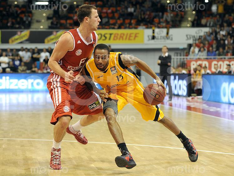 Basketball 1. Bundesliga  2010/2011  12.10.2011 FC Bayern Muenchen - Walter Tigers Tuebingen  Philipp SCHWETHELM (li, FC Bayern Muenchen) gegen Reggie Redding (Tigers)