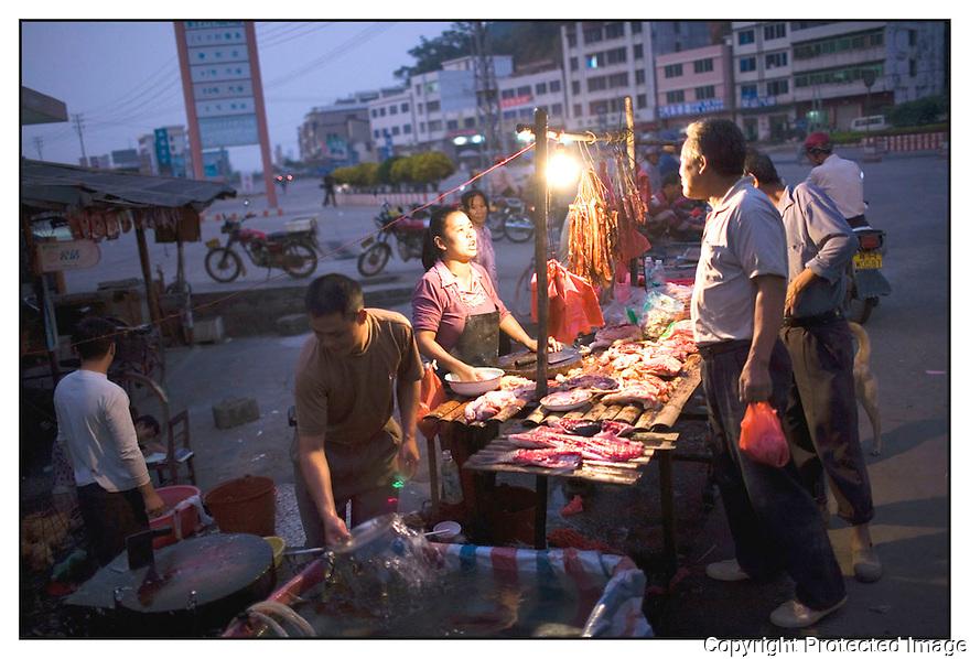 Chine<br /> Sur la route de Xingping,commer&ccedil;ante.