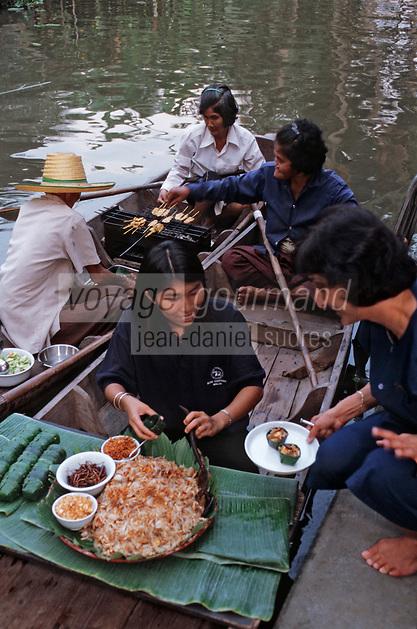 Thaïlande/Bangkok: Les bateaux préparent et apportent la cuisine pour la réception chez Mr sun antiquaire Import/Export