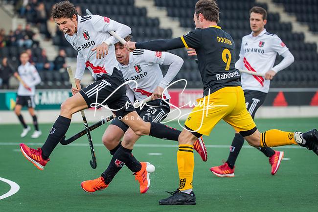 AMSTELVEEN - Johannes Mooij (Adam) wordt  belaagd door Sebastian Dockier (Den Bosch)  tijdens de competitie hoofdklasse hockeywedstrijd mannen, Amsterdam- Den Bosch (2-3).  COPYRIGHT KOEN SUYK