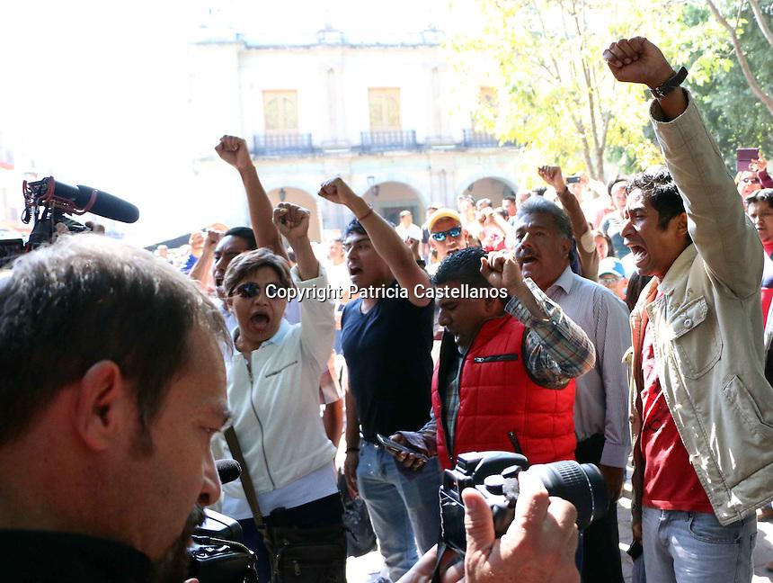 Oaxaca de Ju&aacute;rez, Oax. 2 de diciembre de 2016.- Luego del &ldquo;Madruguete&rdquo; que les diera Alejandro Murat Hinojosa; tomando protesta como Gobernado de Oaxaca, a los integrantes de la secci&oacute;n 22 de la Coordinadora Nacional de Trabajadores de la Educaci&oacute;n (CNTE), quienes prend&iacute;an boicotear su evento ante la inconformidad de su incorporaci&oacute;n al frente del Poder Ejecutiva, ya que seg&uacute;n su perspectiva esto da muestra del regreso del Partido Revolucionario Institucional (PRI) a la gubernatura en la entidad, la movilizaci&oacute;n de 48 horas de los maestros inconformes tuvo momentos de tensi&oacute;n, debido a la furia canalizada en actos de intimidaci&oacute;n tanto con personas que pretend&iacute;an entrar a la casa del pueblo, como con la misma sociedad.<br /> <br />  <br /> Y es que despu&eacute;s de que el evento oficial de la sucesi&oacute;n de Gabino Cu&eacute; Monteagudo con Alejandro Murat como mandatario estatal no se realizara como se ten&iacute;a planeado en el Congreso Local de Oaxaca, y se tuviera que improvisar en un acto protocolario a la 1 de la madrugada del jueves en las instalaciones de la Corporaci&oacute;n Oaxaque&ntilde;a de Radio y Televisi&oacute;n (CORTV), los maestros de la secci&oacute;n 22 enfurecieron, radicalizando sus m&aacute;s de 36 bloqueos en toda la entidad, as&iacute; mismo, tomaron veh&iacute;culos particulares de los invitados especiales que estar&iacute;an para la toma de protesta de Hinojosa, bloqueando avenida, en tanto otros m&aacute;s, intimidaron hasta corretearlos por los portales del z&oacute;calo capitalino, a personas que por el hecho de querer entrar a la casa del pueblo y portar traje, los calificaban de burgueses y  parte del gobierno pri&iacute;sta que tanto repudian. foto: Patricia Castellanos