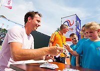 Den Bosch, Netherlands, 13 June, 2017, Tennis, Ricoh Open, Matwe Middelkoop (NED) signs autographs<br /> Photo: Henk Koster/tennisimages.com