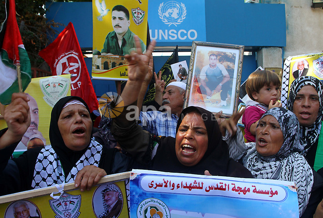 Palestinian women hold pictures of their prisoned relatives in Israeli jails infront of the UNSCO headquarters in Gaza City on Sep. 26, 2011. About 7000 prisoners are in Israeli jails according to the Palestinian prisoners ministry. Photo by Ashraf Amra