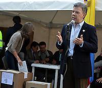 BOGOTÁ -COLOMBIA. 09-03-2014. Juan Manuel Santos, presidente de Colombia se dirige a los peridistas después de ejercer su derecho al voto al inicio de las elecciones parlamentarias en Bogotá, Colombia, hoy 9 de marzo de 2014. Los colombianos elegirán por voto directo en las urnas 102 nuevos miembros del Senado de la República, 166 representantes a la Cámara de Representantes y 5 representantes al Parlamento Andino./ Juan Manuel Santos, president of Colombia, speaks to the journalist after exerting his right to vote at the beginning of the parliamentary elections in Bogota, Colombia, today March 9, 2014. Colombians will elect by direct vote at the polls 102 new members of the Senate, 166 representatives to the House of Representatives and five representatives to the Andean Parliament. Photo: VizzorImage/ Gabriel Aponte / Staff