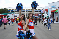 Fans als russische Cheerleader verkleidet auf dem Vorplatz des Luschniki-Stadions auf dem Weg zum Spiel - 20.06.2018: Portugal vs. Marokko, Gruppe B, 2. Spieltag, Luschniki Stadion Moskau